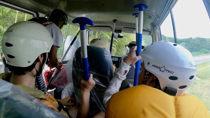 移動するバスの中
