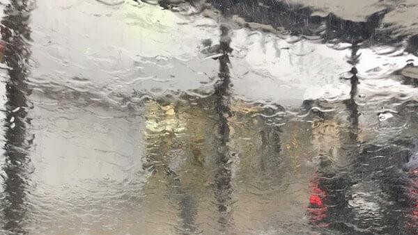 フロントガラスが大雨の影響で前が見えない様子