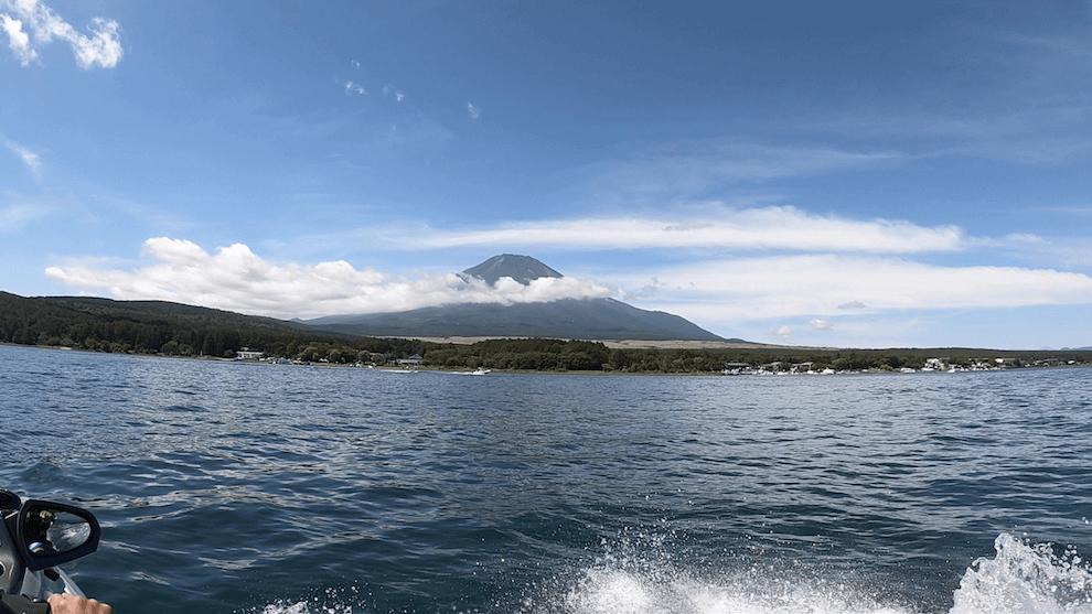 山中湖の中から見る富士山