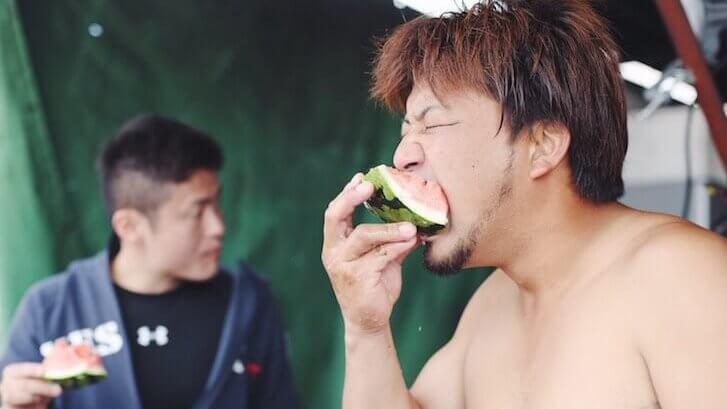 スイカを食べる様子