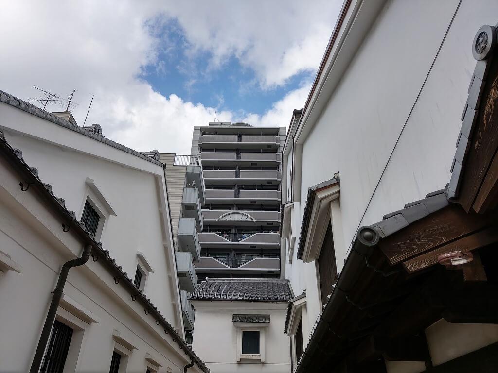 博多町家ふるさと館の間から見えるビル