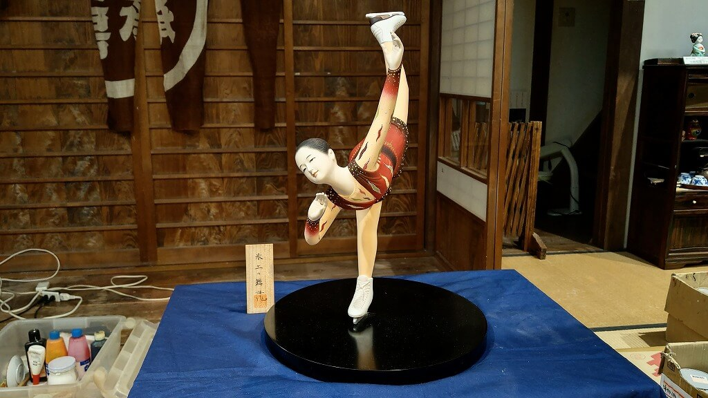 フィギュアスケートをする博多人形