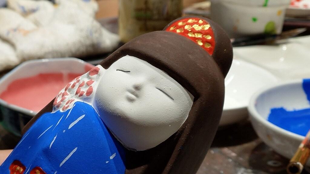 目の塗装がはみ出してしまった博多人形