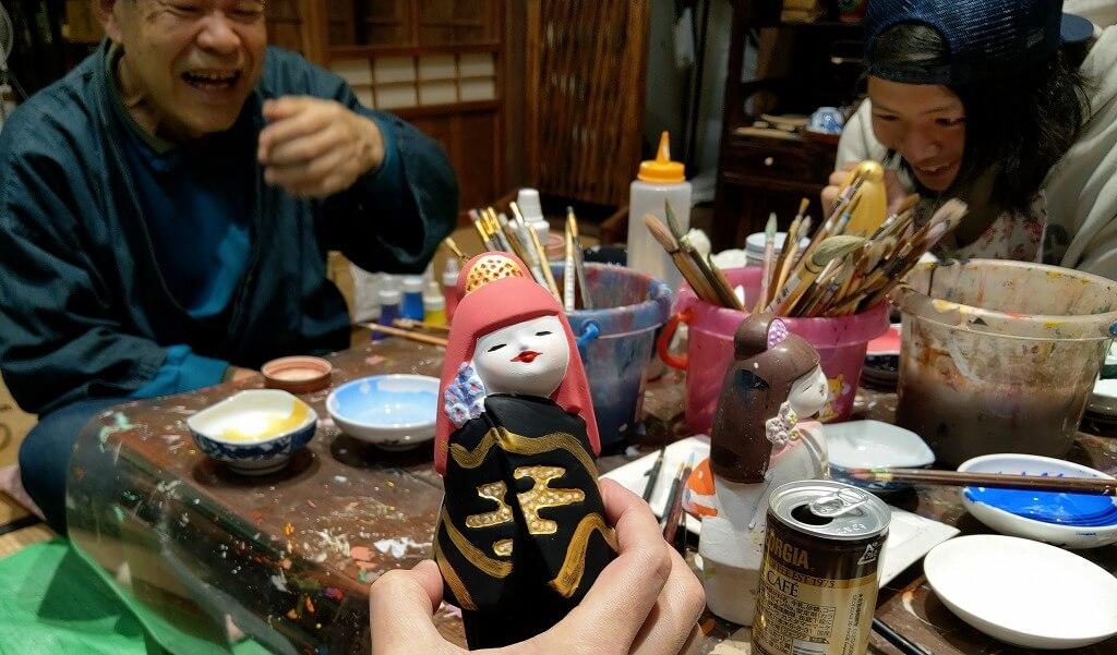 派手なメイクになった博多人形