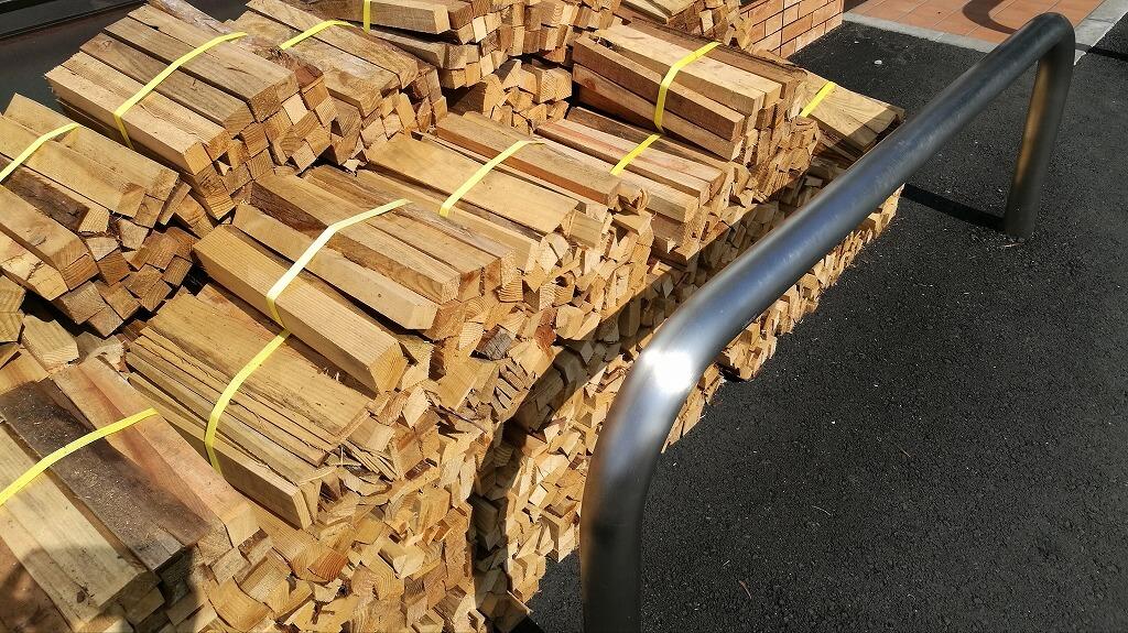 セブンイレブン富士宮朝霧高原店に売られている薪
