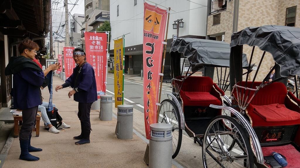 博多町屋ふるさと館前に停まっている人力車と博多人力屋さん