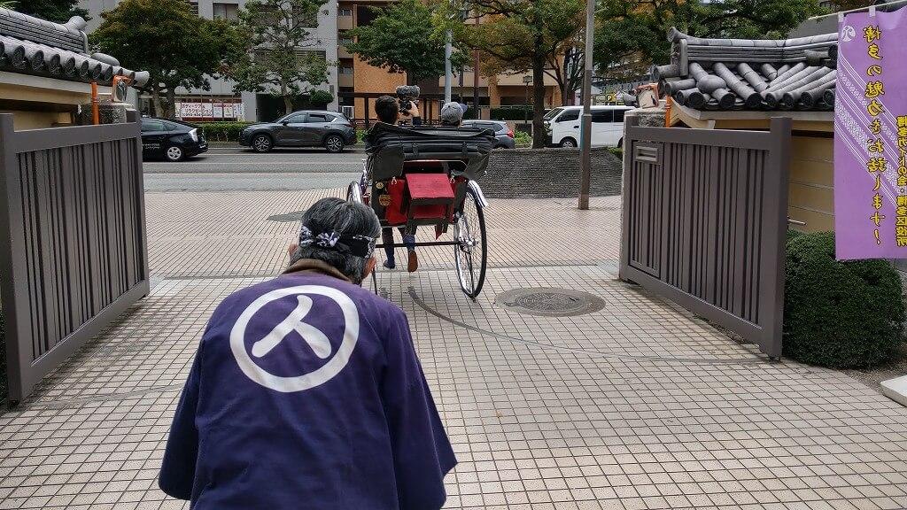 博多人力屋さんの人力車に引かれながら東長寺を後に