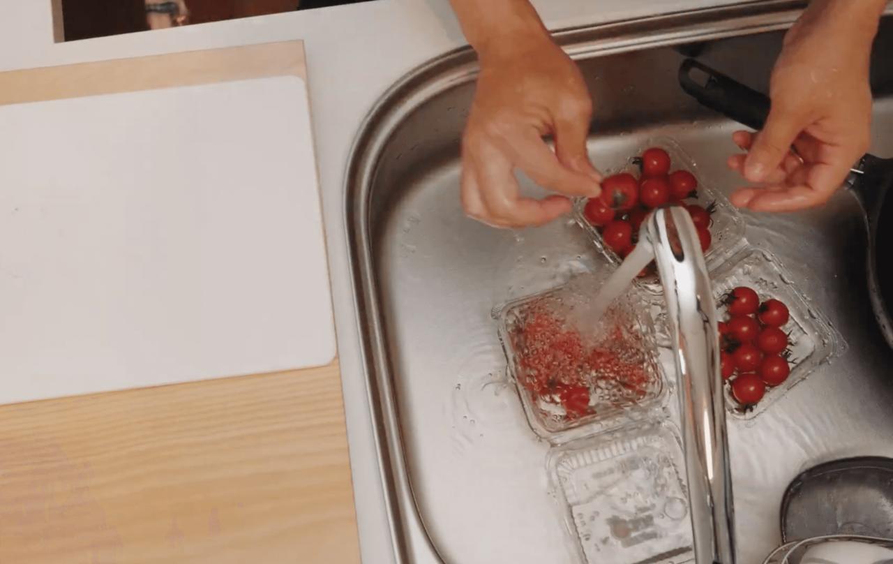 ミニトマトを洗う様子