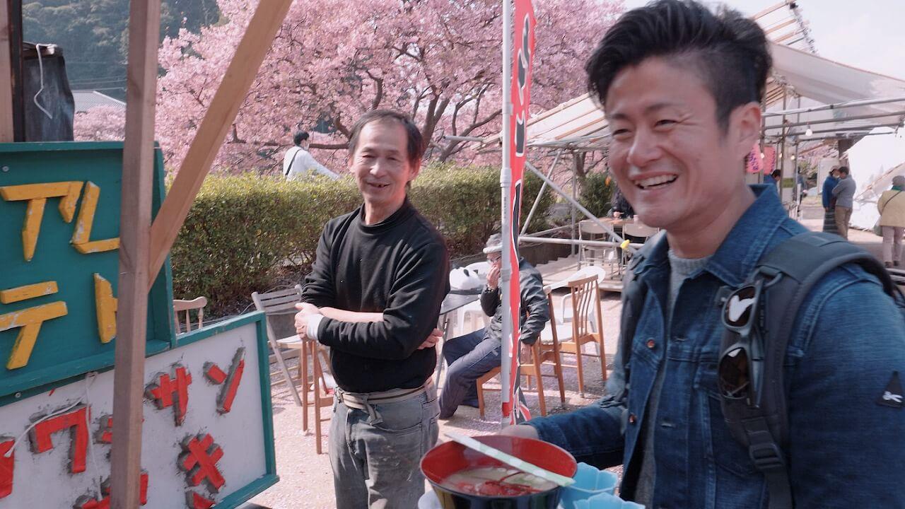 みなみの桜と菜の花まつり 露店のおじさんと談笑