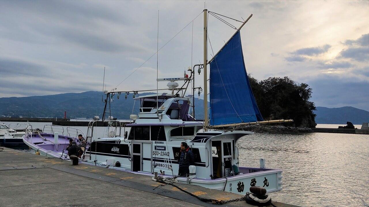 静岡県沼津市静浦港から出港する釣り船「勘栄丸」