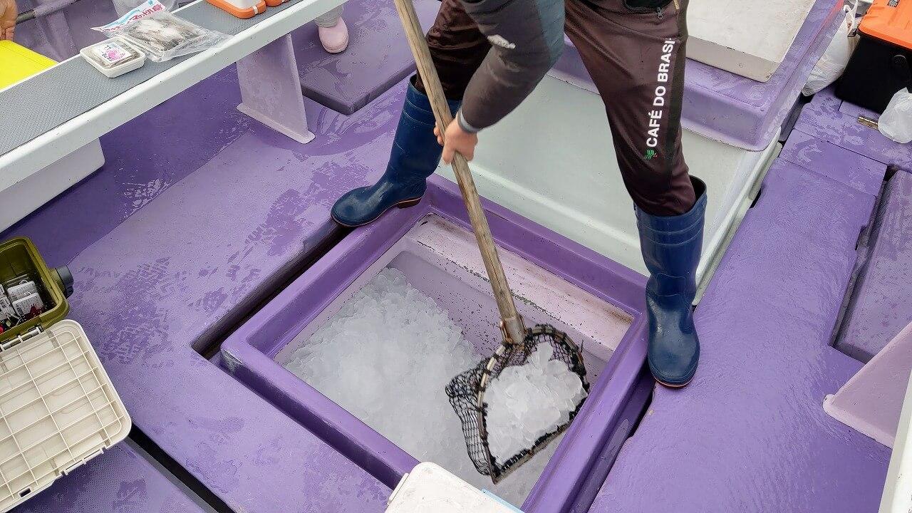 船の床下に入れてある氷をクーラーボックスに移す