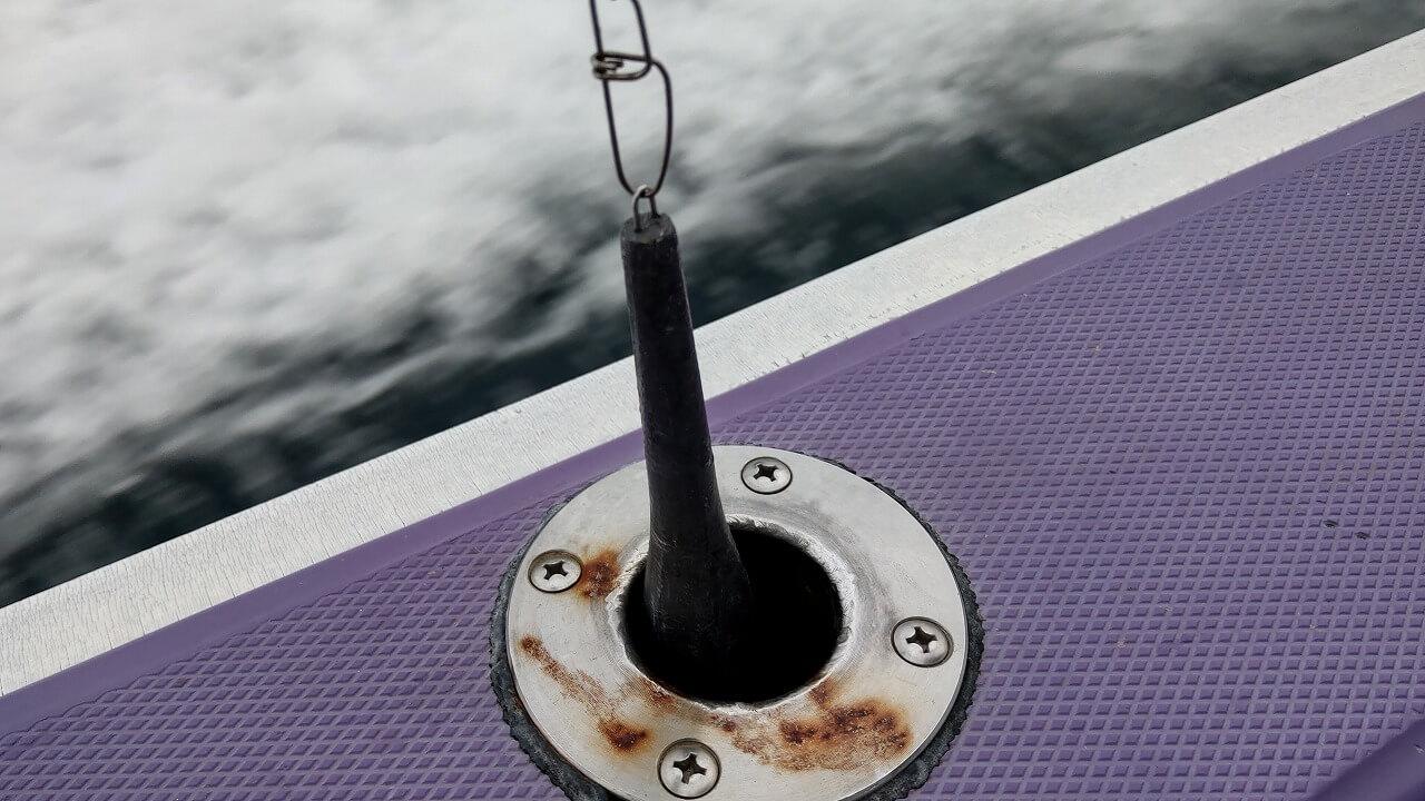 船の縁の穴に重りを入れておく