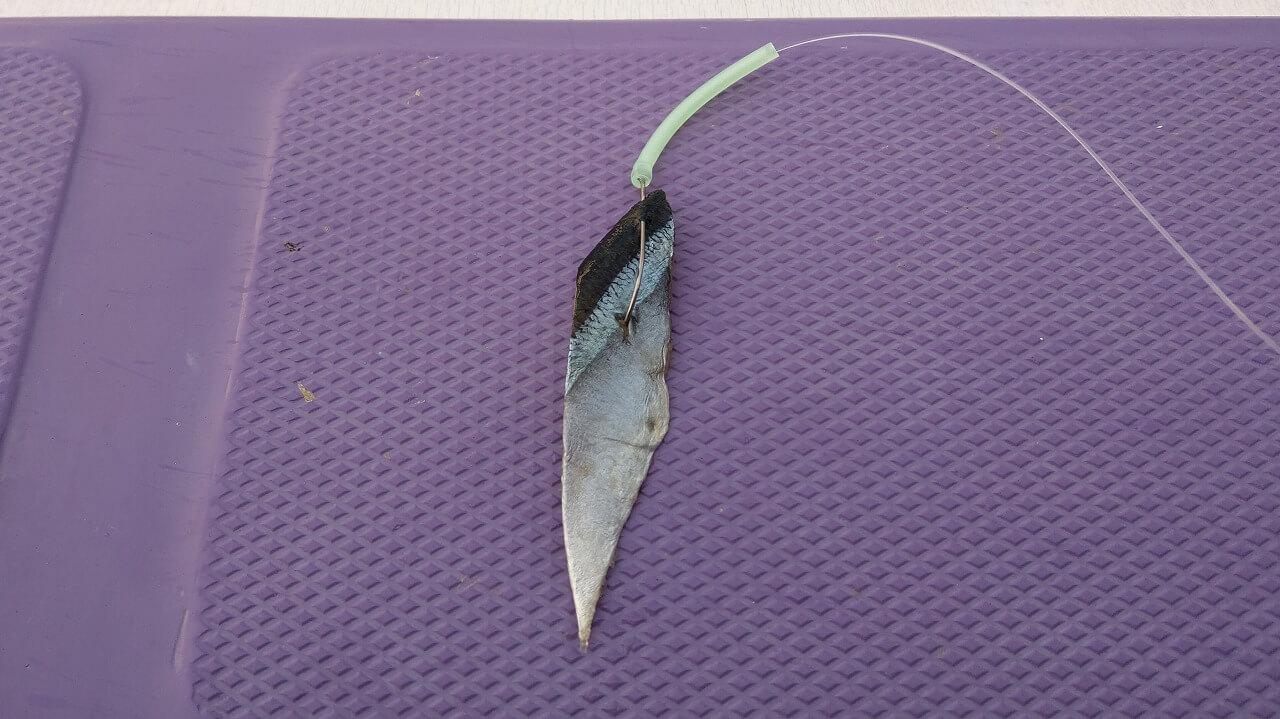 サンマの切身を釣り針にセット