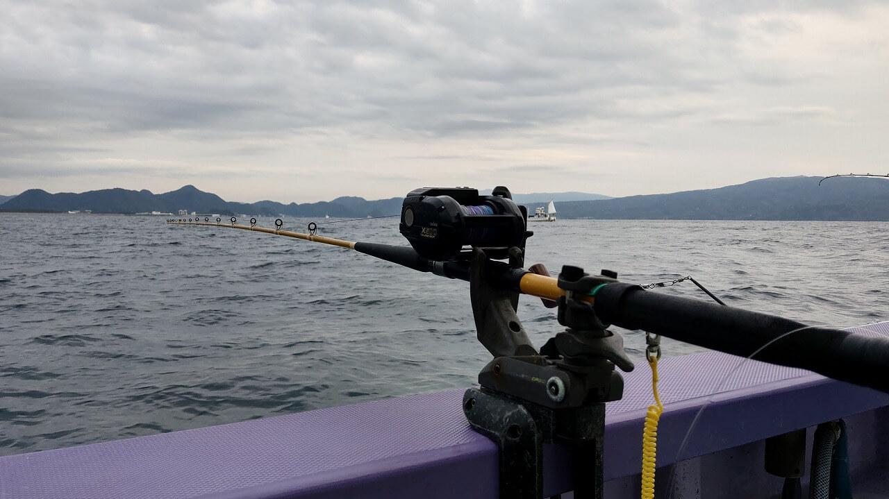船の縁に固定した釣り竿