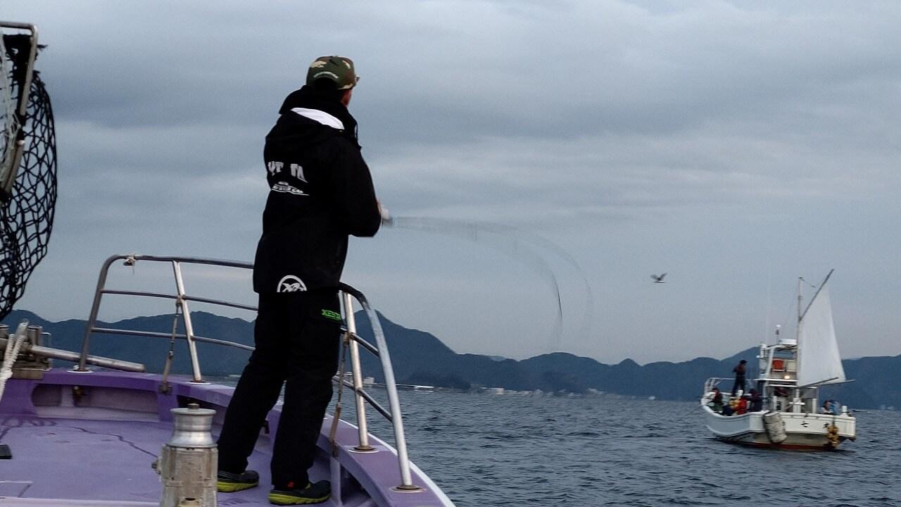 タチウオ釣りで竿を揺らす
