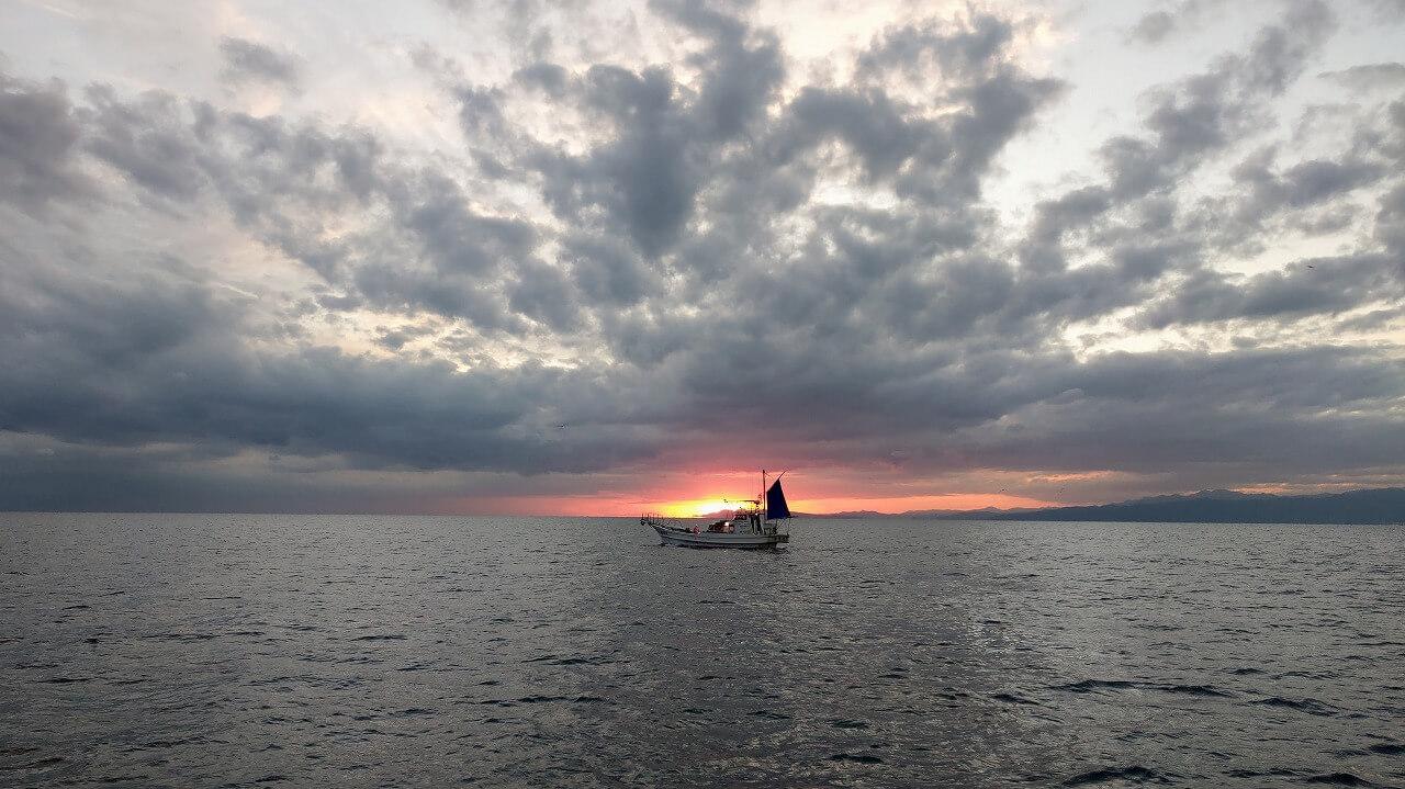 海に夕日が沈む駿河湾