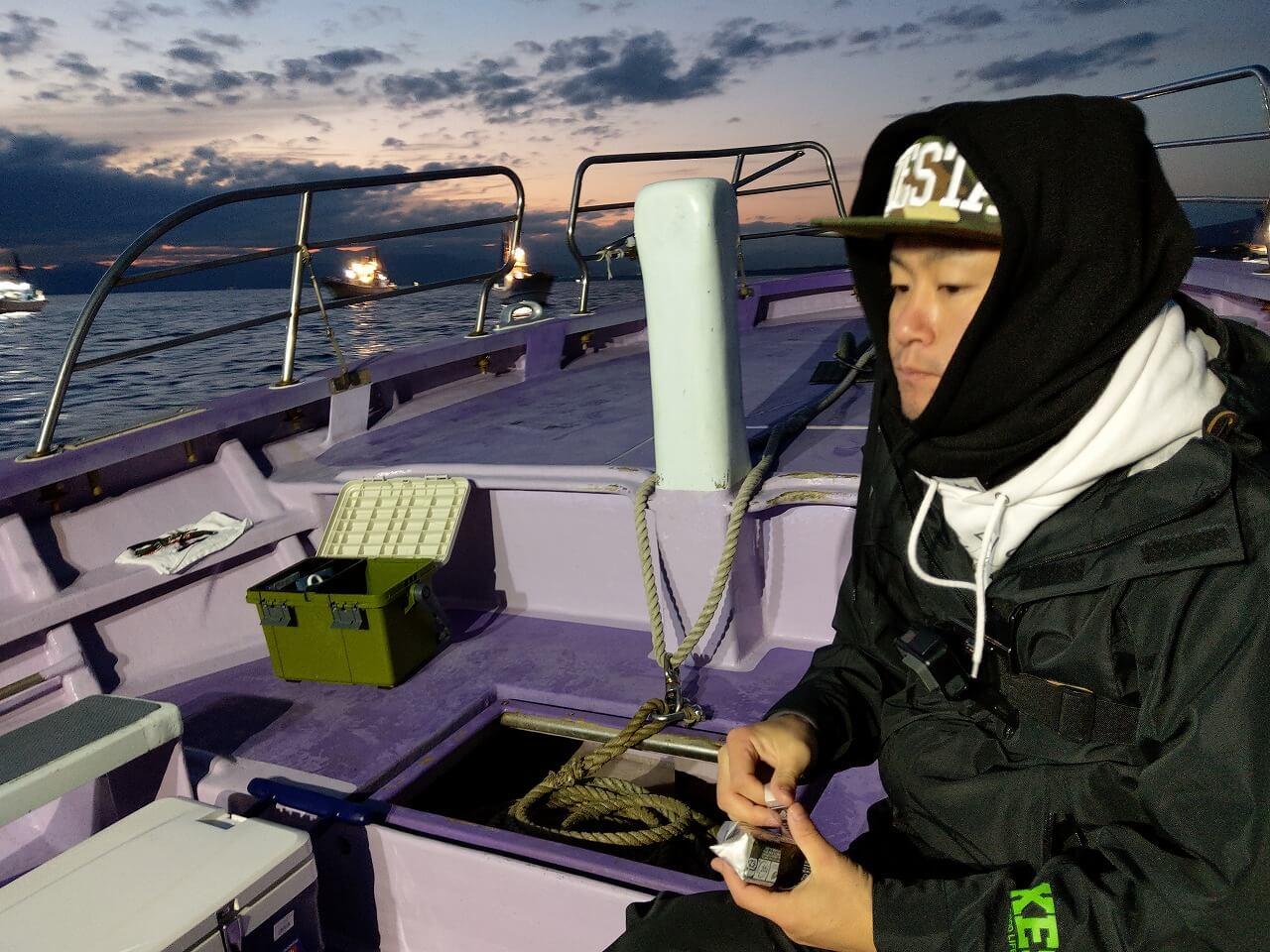 釣り船の移動中に夕食
