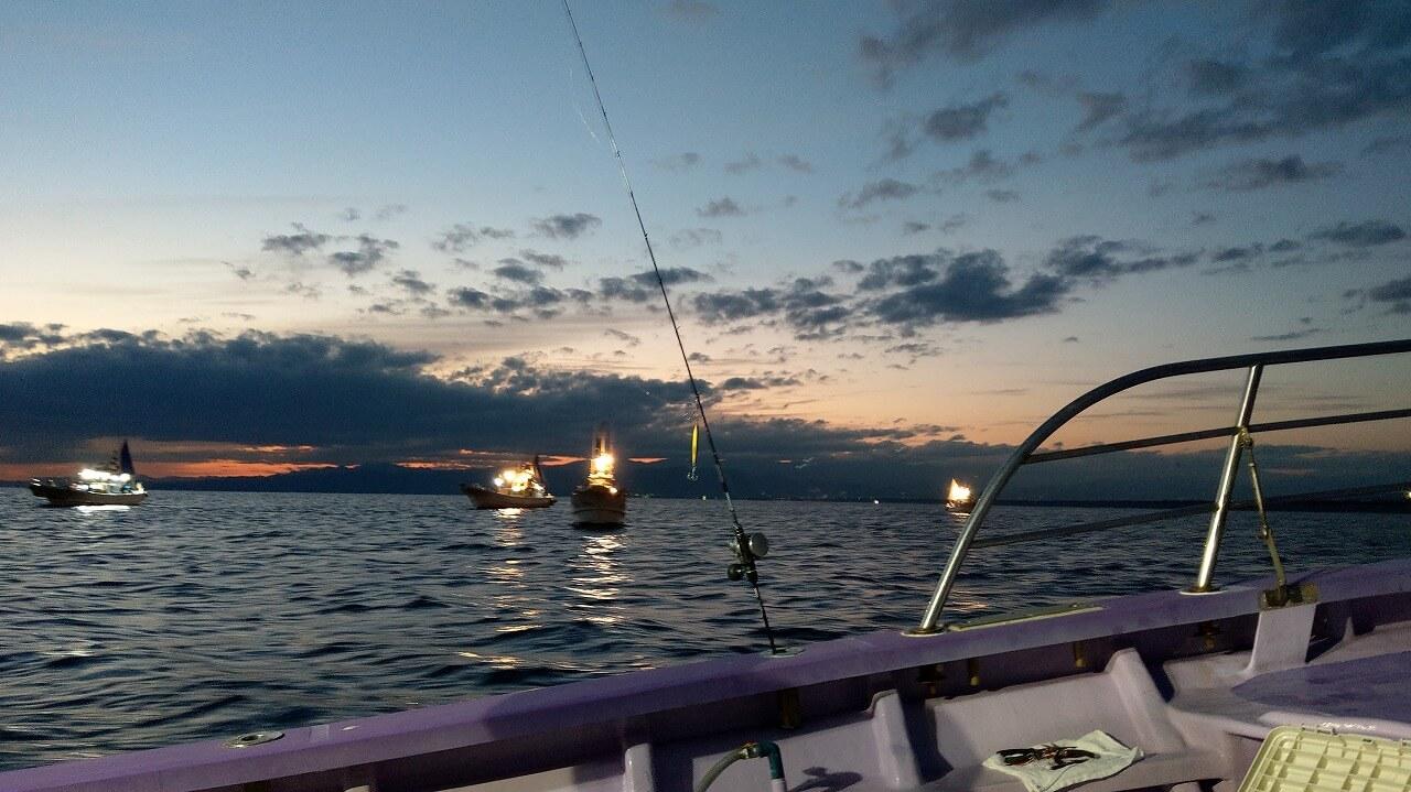 暗い駿河湾と明かりを照らす釣り船
