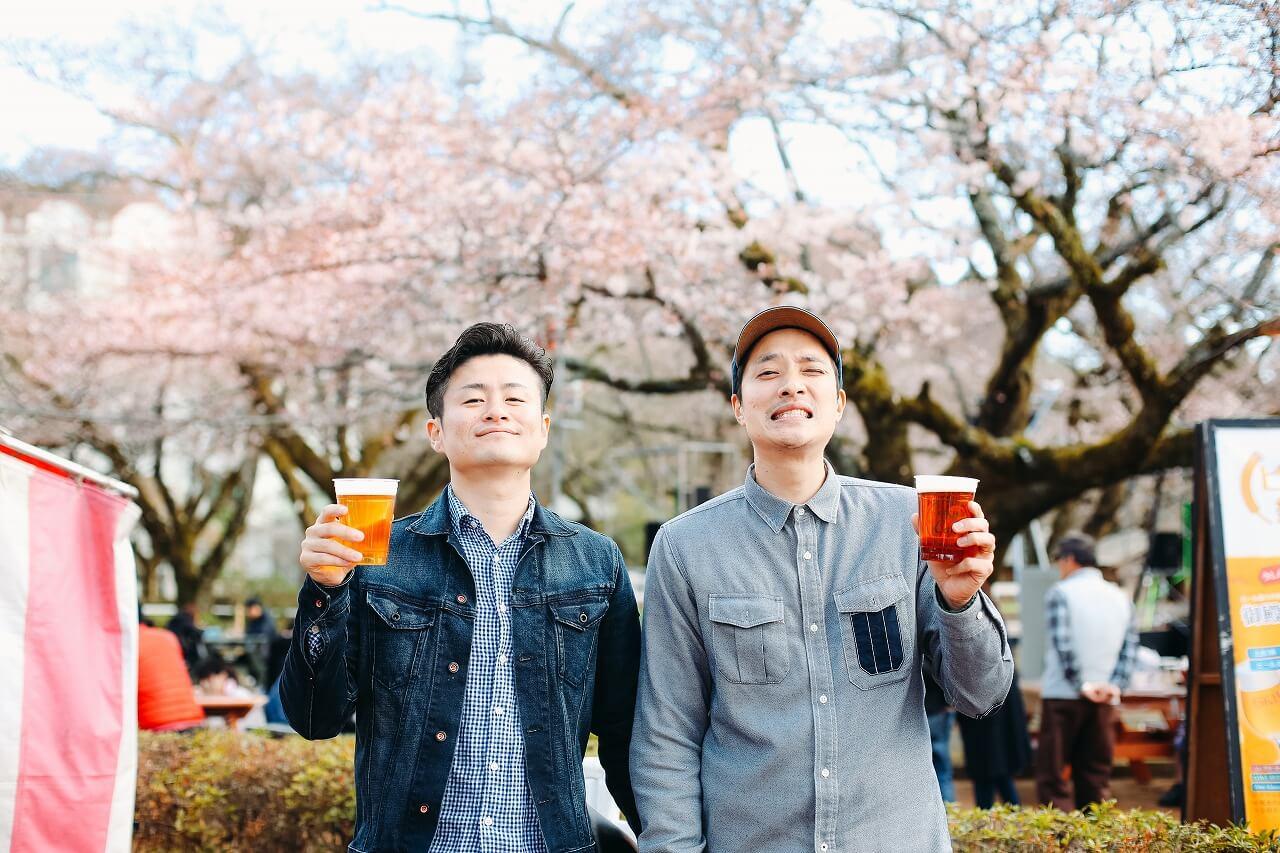 御殿場高原時之栖桜まつり ビールを持った男性