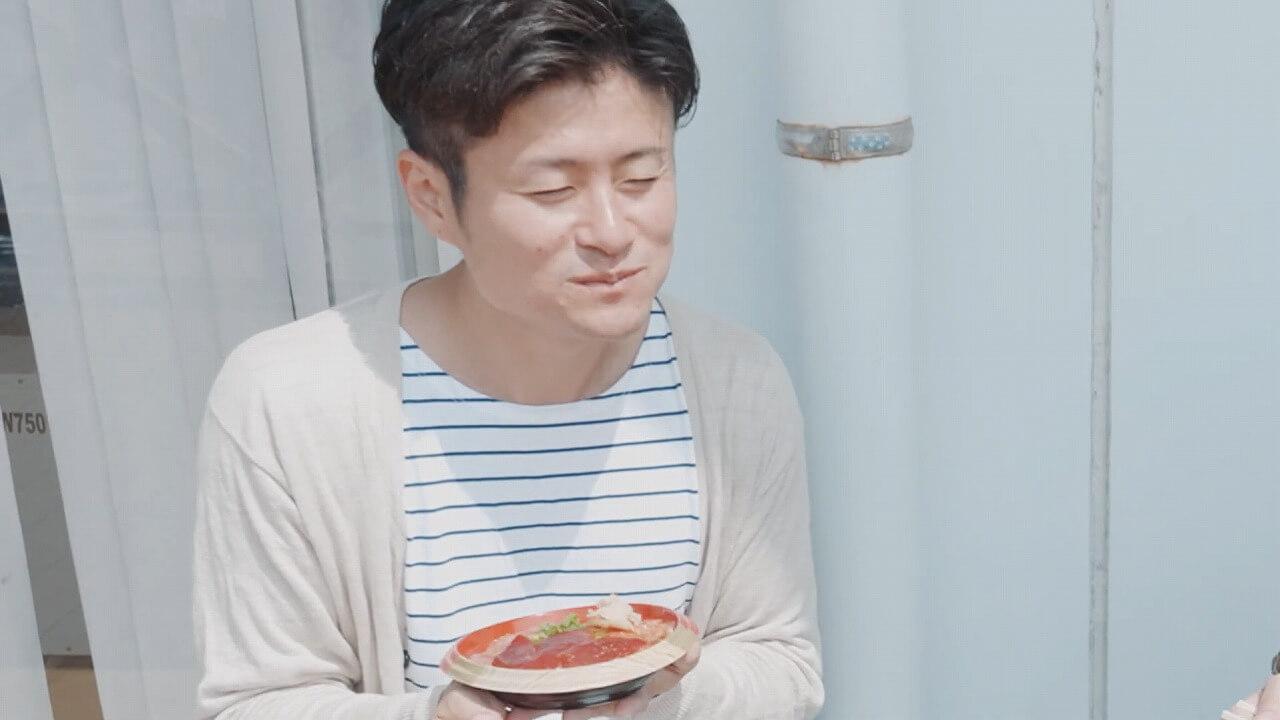 ネギトロ丼を食べて笑顔