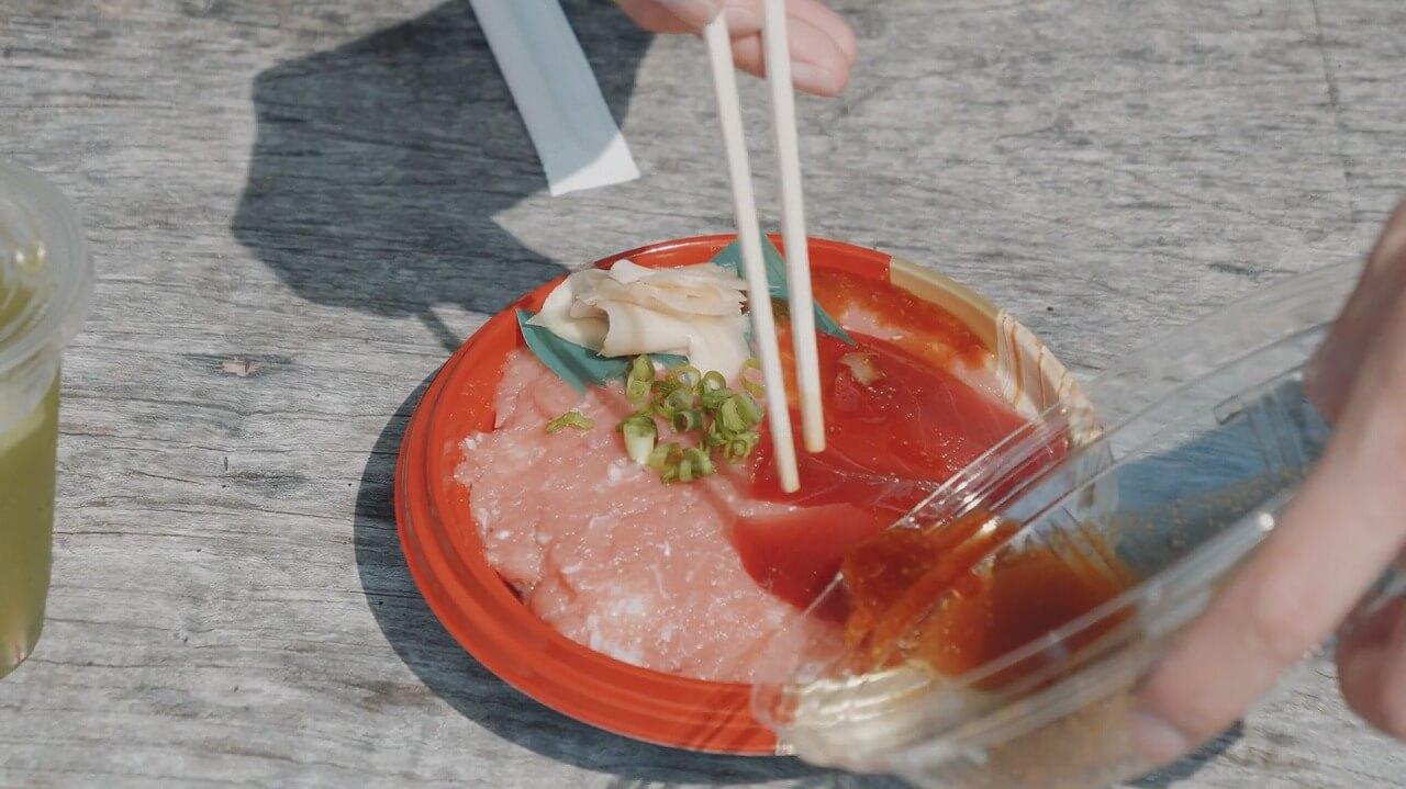 まぐろの魚栄 ネギトロ丼 タレをかける