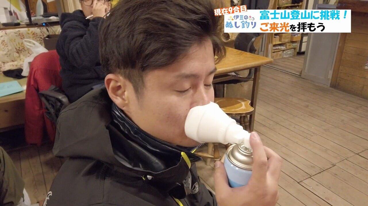 富士登山道富士宮口九合目携帯酸素を吸う