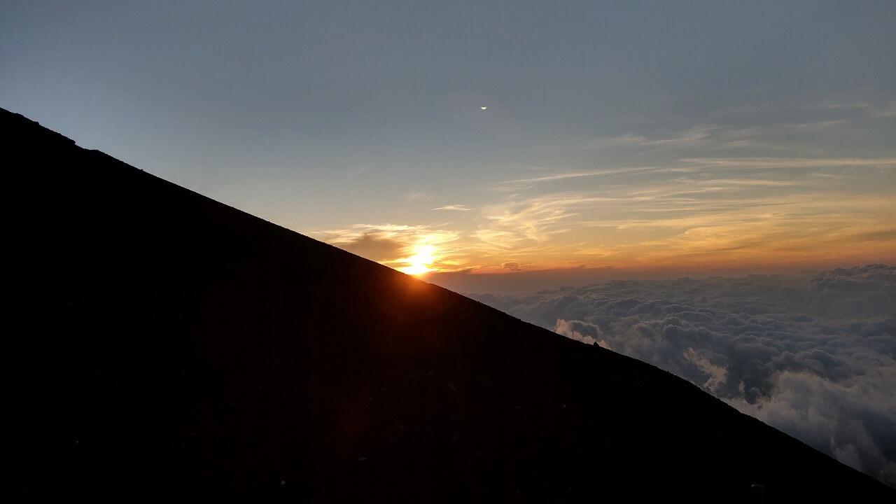 富士登山道富士宮ルート八合目 雲海からのご来光
