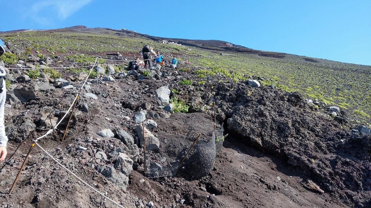 富士登山道の険しい斜面