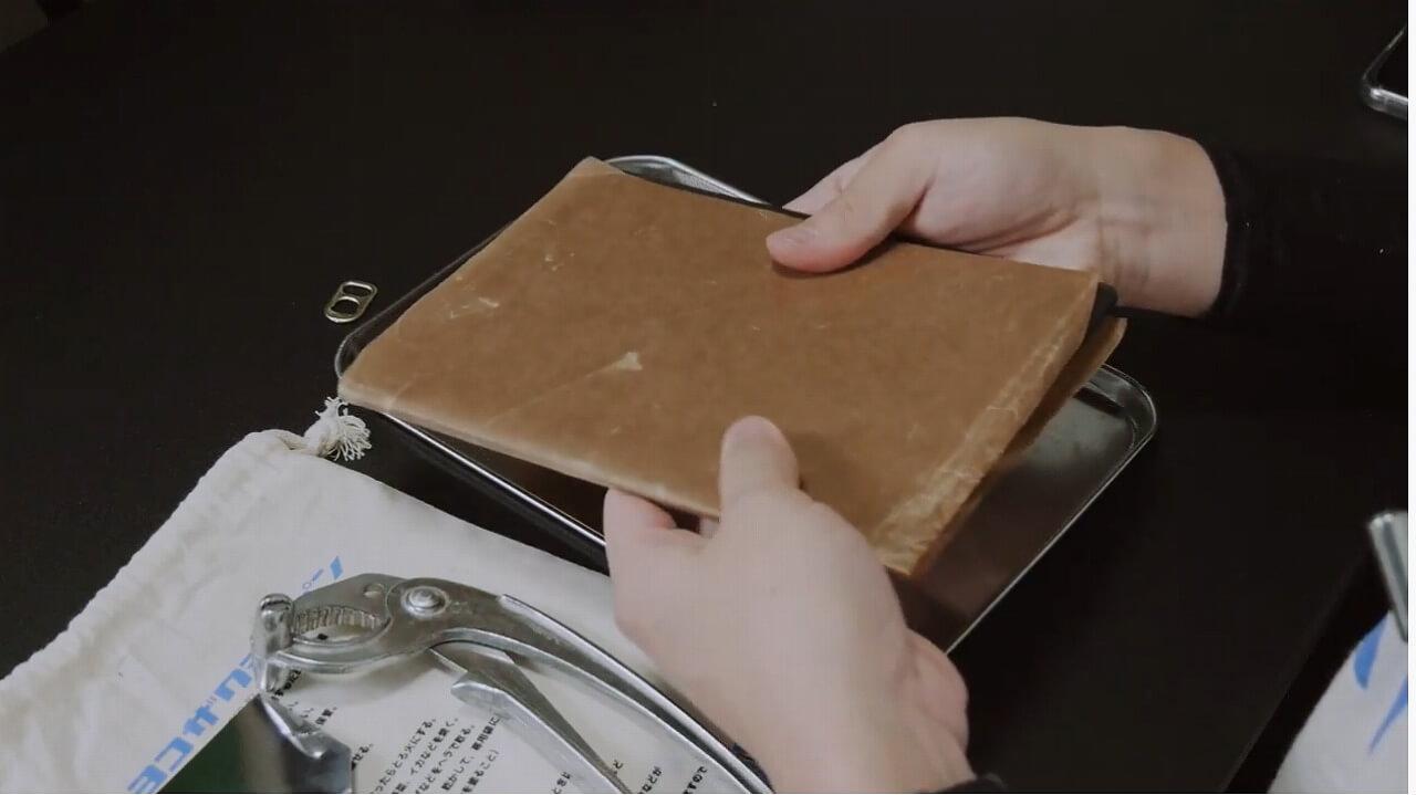 ヨコザワテッパンを防錆用紙で包む