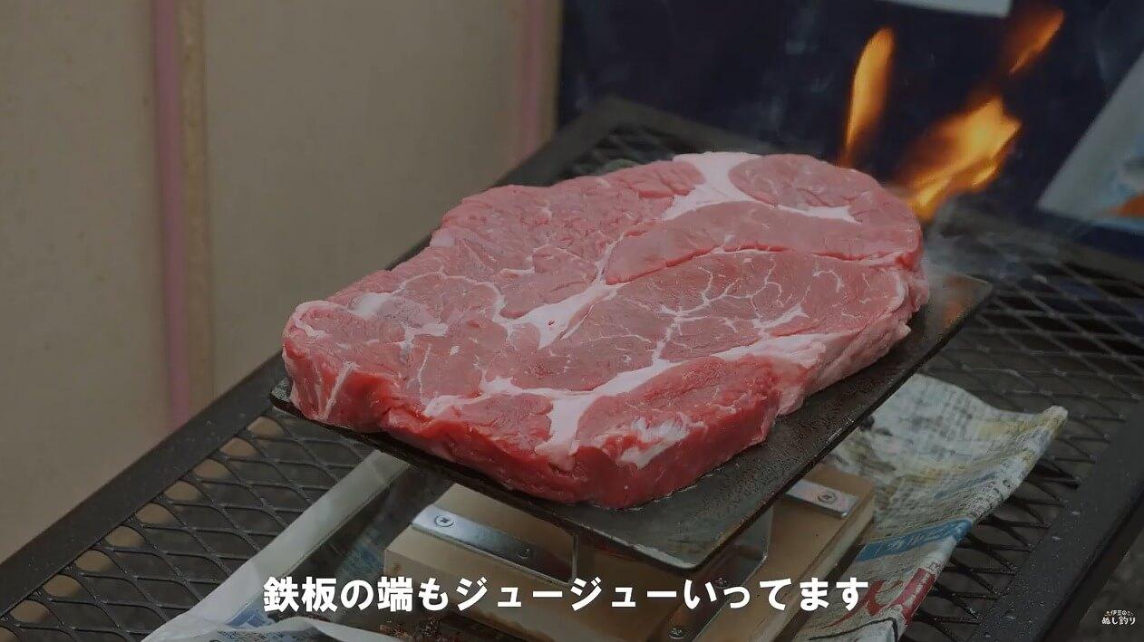 ヨコザワテッパンで肉厚なステーキを焼く