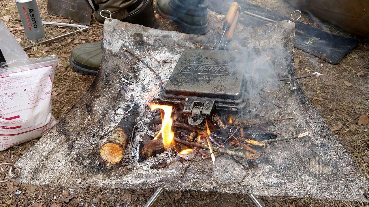 UJack メッシュファイアスタンドの焚き火でホットサンド作り
