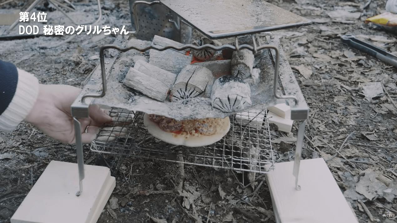 秘密のグリルちゃんの下でピザを焼く