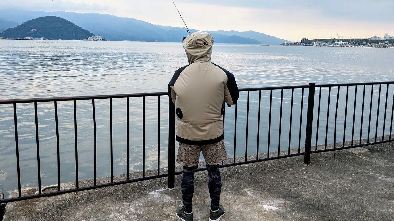 空調服AIRGEARバイカラーマウンテンパーカーを着て堤防釣り