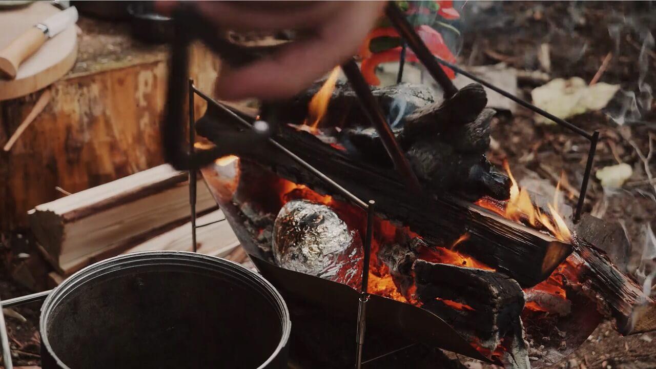 テオゴニアの火ばさみで炭を掴む