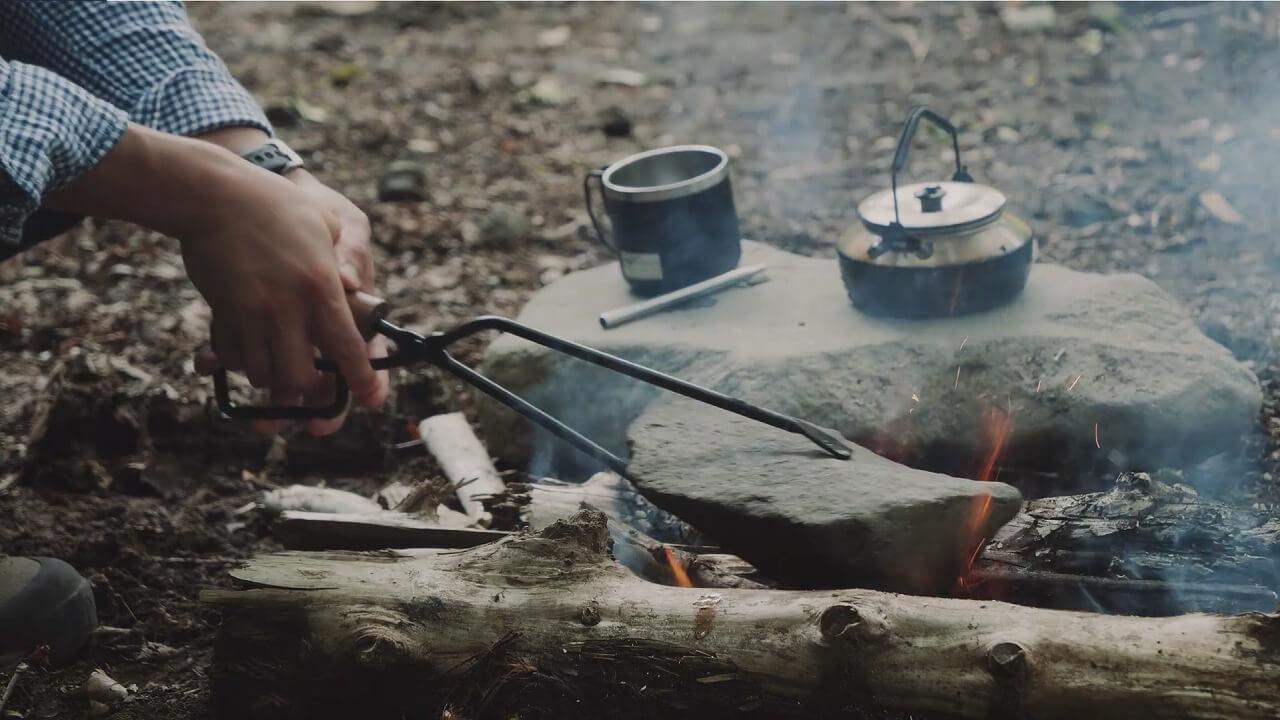 テオゴニアの火ばさみで石を掴む