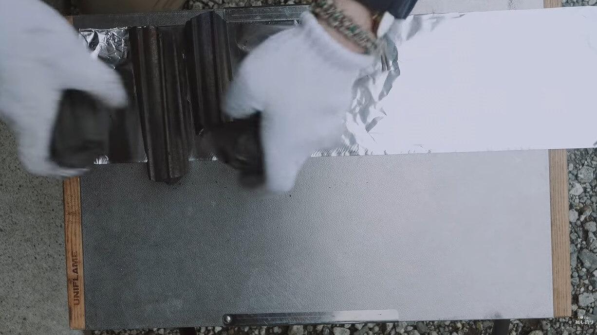 アルミホイルに合わせてオガ炭を折る