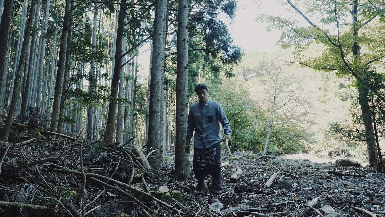 キャンプ場に落ちている枝を拾う