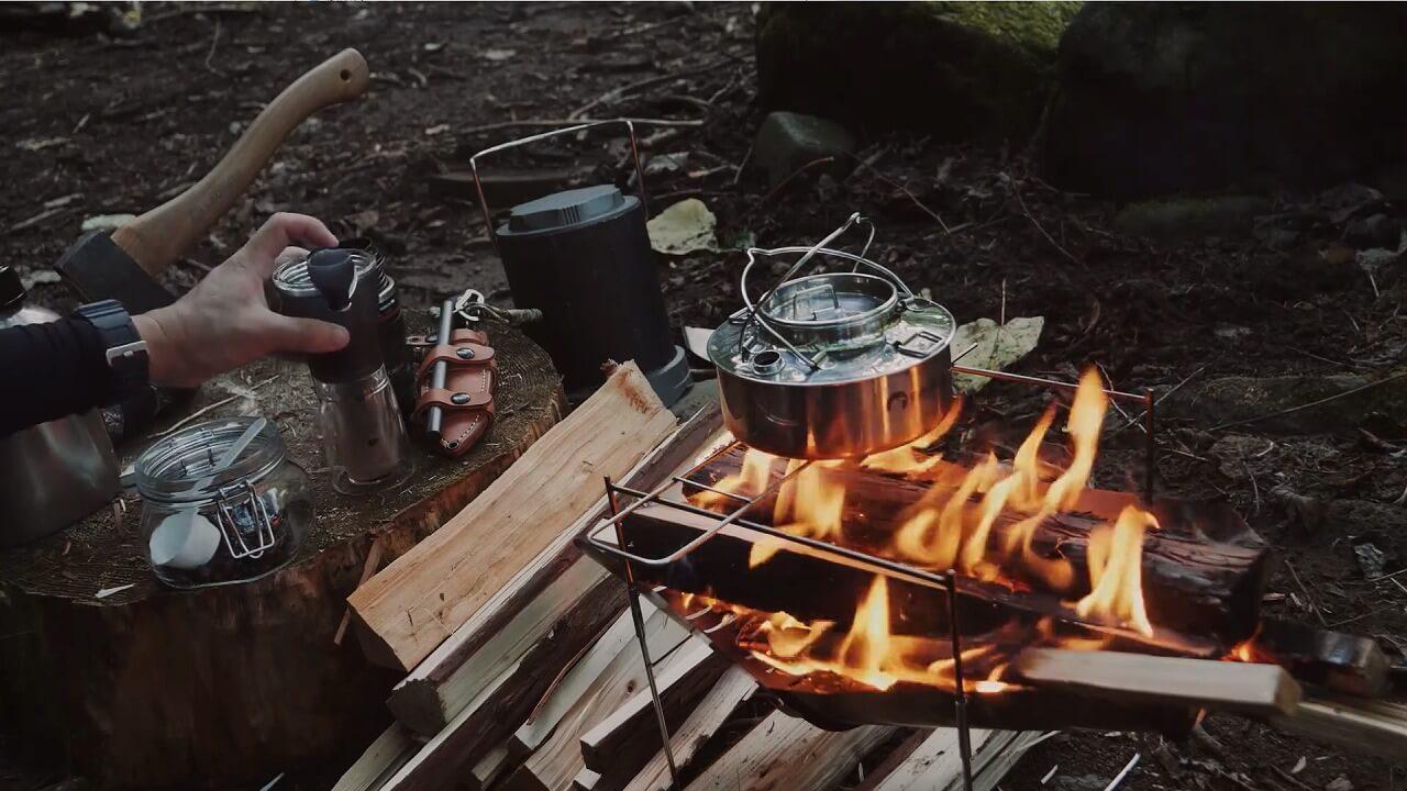 焚き火台でコーヒーのお湯を沸かす