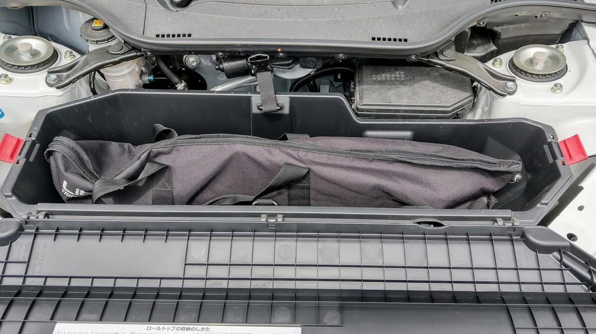 S660 ロールトップ収納スペースにカメラ三脚を入れる