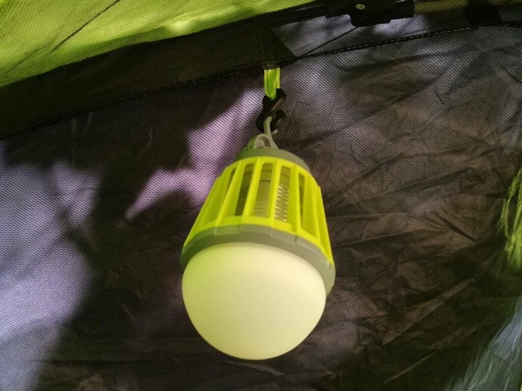 ENKEEO LEDランタンの隠しフックを利用してテント内に設置した写真