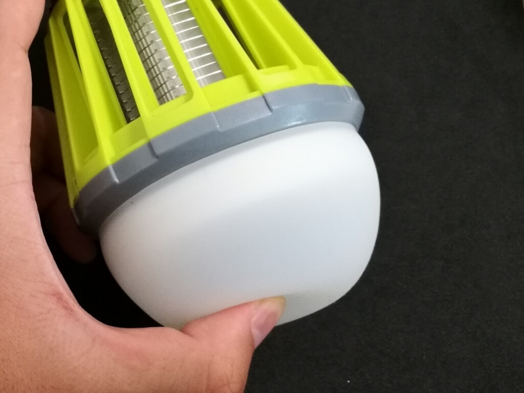 ENKEEO LEDランタン ラバー素材のカバーを指で押し込んでいる