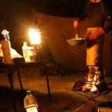 ノーススターLPガスランタンで照らされたキャンプサイト