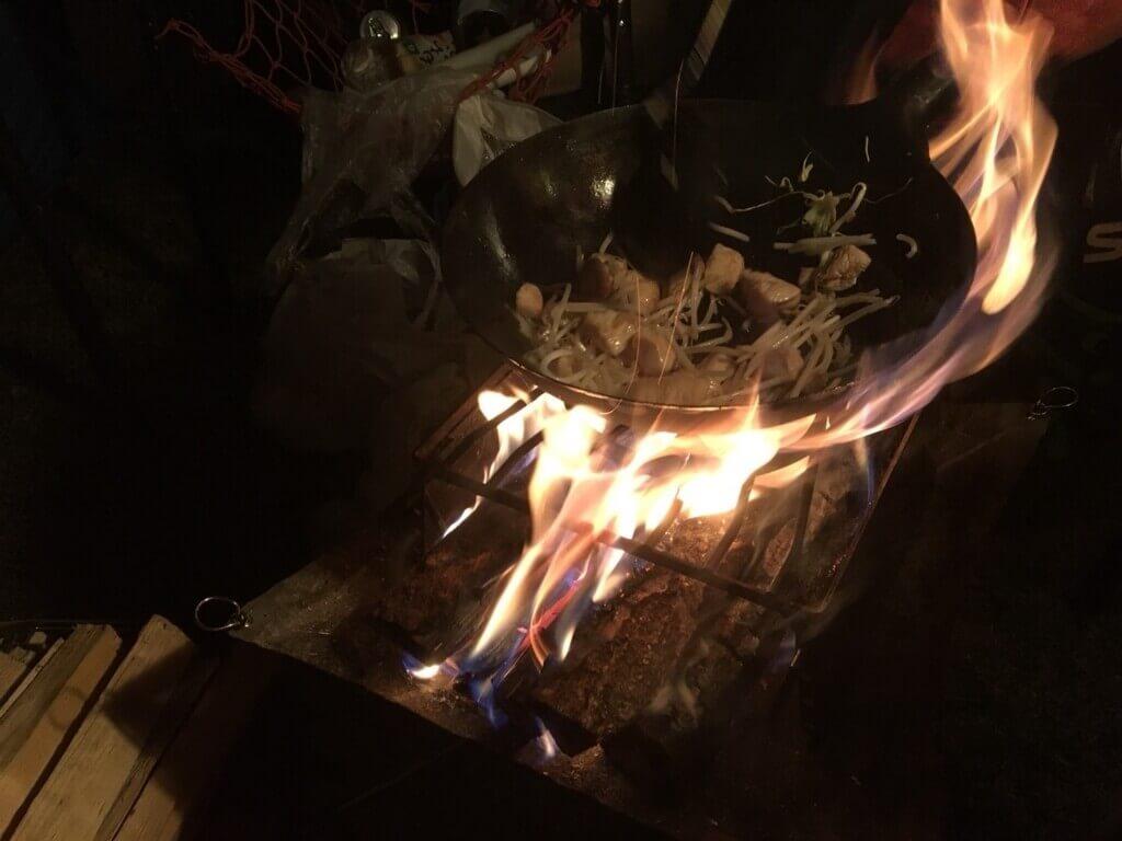 焚き火で作る中華料理