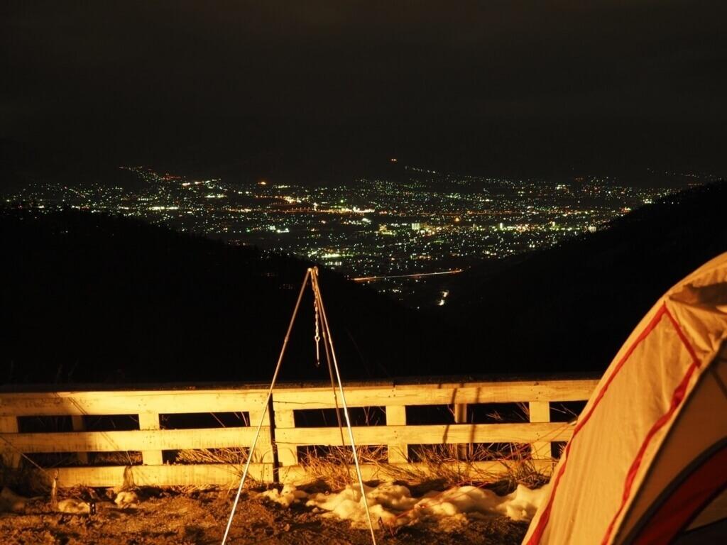 夏の高所でのキャンプ