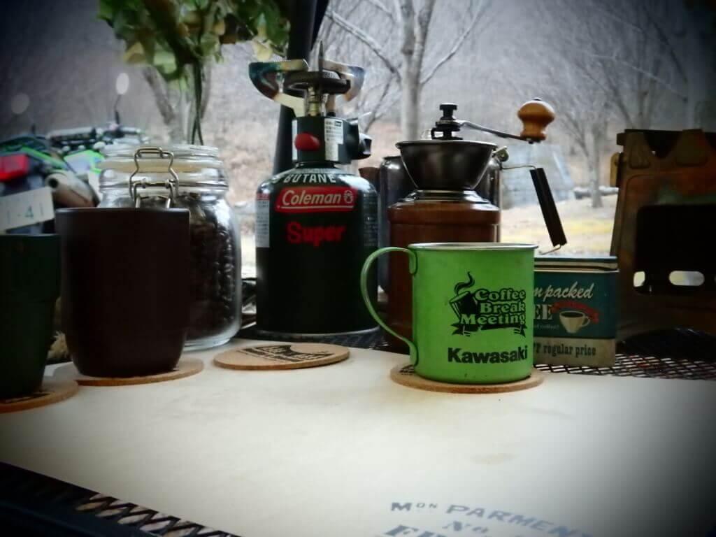 キャンプでのコーヒードリップ