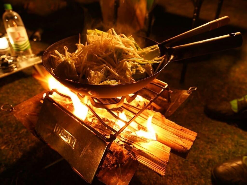 中華鍋で4人分の料理を作成