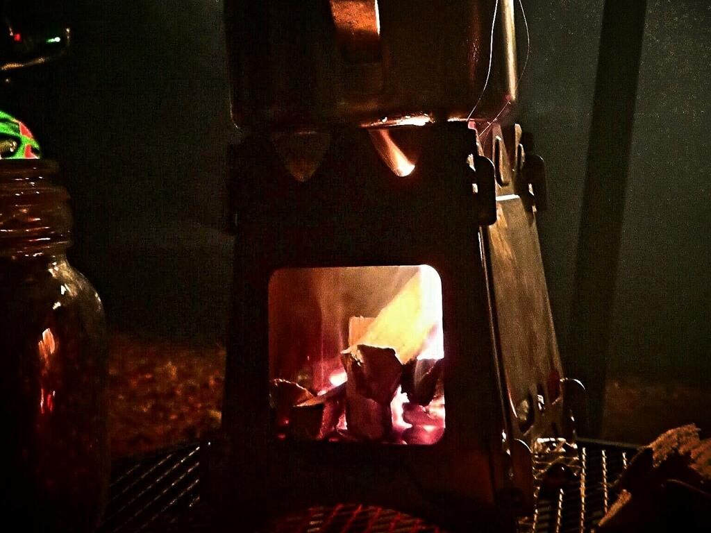 ポケットサイズ(縦16cm・横12.5cm)の焚き火五徳でお湯を沸かす