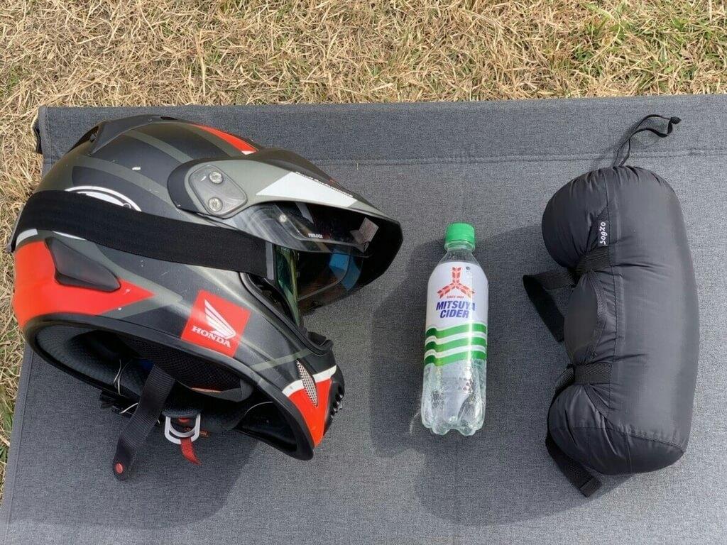 ヘルメットの半分程度のサイズまで圧縮できる羽毛寝袋ミニマリズム