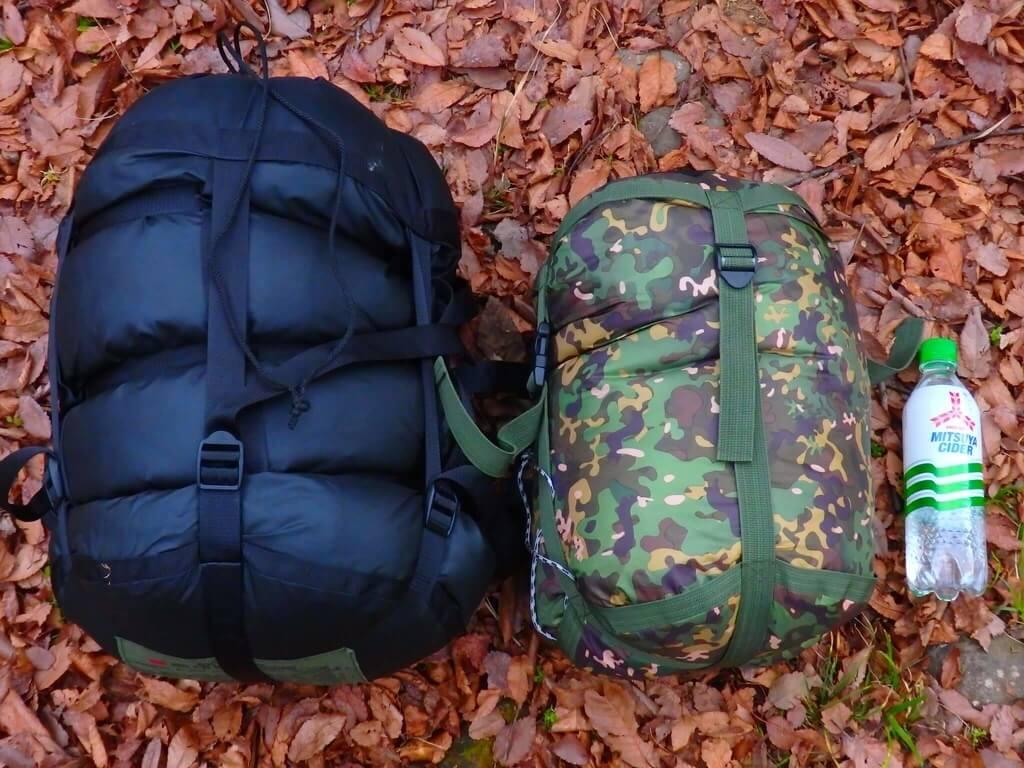 左:米軍放出品寝袋 右:DD Hammocks ハンモック用寝袋