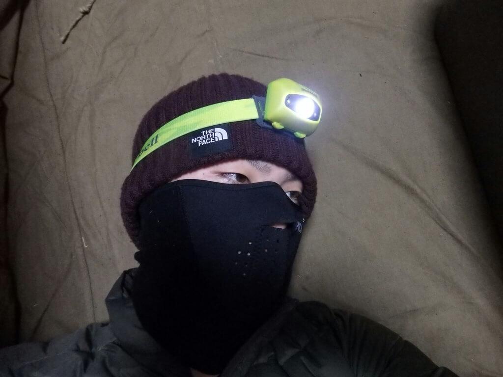 帽子の上から装着したヘッドライト